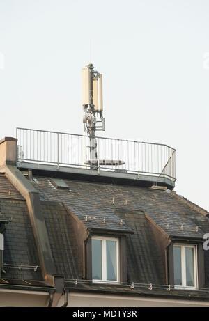 Zürich, Schweiz - 7. März 2014: Handy Antenne oben auf einem Wohnhaus in einem Wohngebiet in Zürich, Schweiz. Wissenschaftler warnen ab - Stockfoto