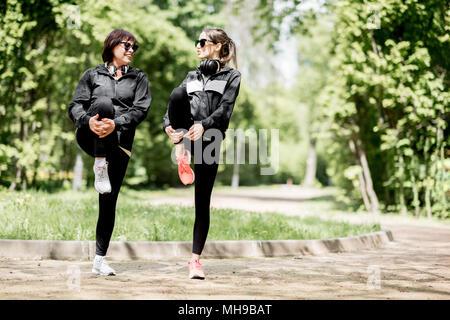 Zwei Frau Ausübung im Park - Stockfoto
