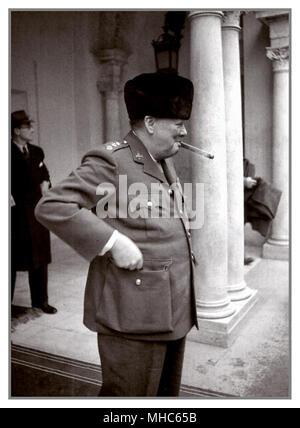 Winston Churchill rauchen seine immer vorhanden Signatur Zigarre am Eingang des Liwadia-palast während der Konferenz von Jalta 1945. Der britische Premierminister Winston Churchill (1874-1965) am Eingang zu den Liwadia-palast während der Konferenz von Jalta von den Staats- und Regierungschefs der Länder der Anti-Hitler-Koalition. - Stockfoto
