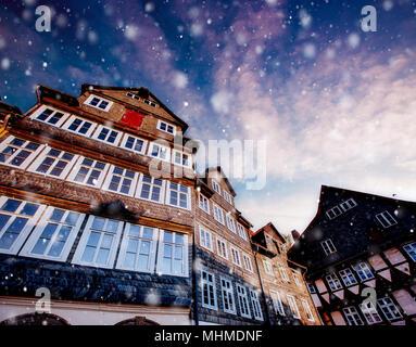 Fassade eines Gebäudes mit Windows. Charmante Stadt in Deutschland in einem Schneesturm. Bokeh Lichteffekt, weiche Filter. Klein Venedig - Stockfoto
