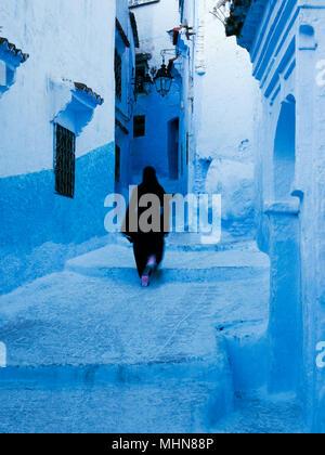 Chefchaouen, Marokko; Frau in traditioneller Kleidung in der Altstadt. - Stockfoto