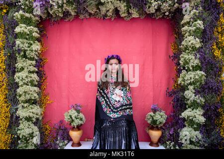 Madrid, Spanien. 6. Mai, 2018. Porträt des 'Maya' Andrea sitzen auf ihren Altar umgeben von Lavendel, Thymian und anderen wilden Blumen. © Valentin Sama-Rojo/Alamy Leben Nachrichten. - Stockfoto