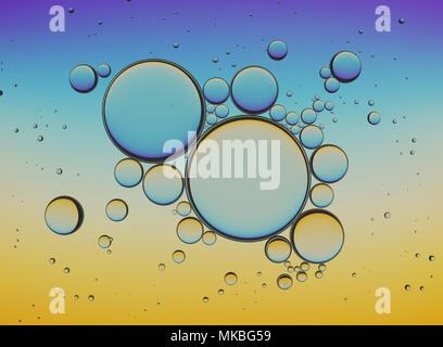 Öl Blasen isoliert auf weißem Hintergrund, Closeup Collagen Emulsion in Wasser. Abbildung. Gold Tröpfchen. - Stockfoto