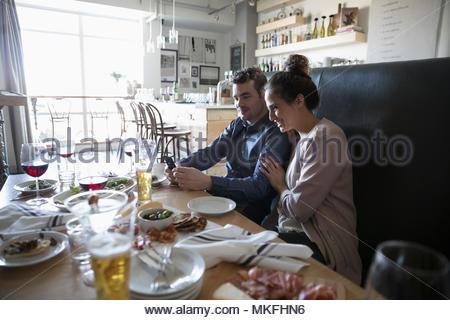 Junges Paar mit Smart Phone an der Bar Tabelle - Stockfoto