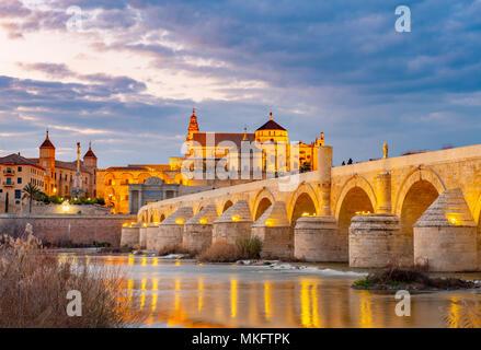 Beleuchtete Puente Romano, Römische Brücke über den Rio Guadalquivir, hinter Mezquita Catedral de Córdoba, Abendstimmung, Cordoba - Stockfoto
