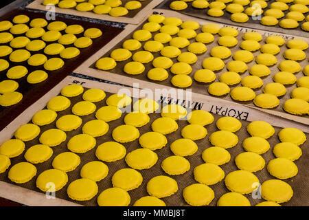 Schalen mit kleinen runden gelben gebackene Kekse oder MACARONS. Ansicht von oben. - Stockfoto