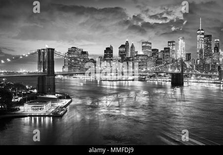 Schwarz-weiß Bild von der Brooklyn Bridge und Manhattan Skyline bei Nacht, New York City, USA. - Stockfoto