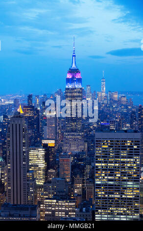 Empire State Building und die Skyline von New York in der Dämmerung, von der Spitze des Felsens Aussichtsplattform, Manhattan, New York City, Vereinigte Staaten von Amerika gesehen - Stockfoto