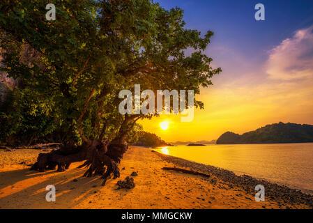 Sonnenuntergang über dem Strand von Ko Hong Island in der Provinz Krabi, Thailand - Stockfoto