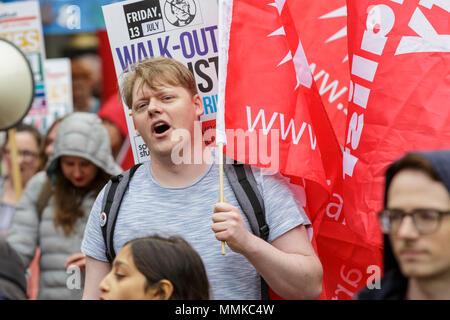 """Westminster, London, 12. Mai 2018. Die Mitglieder der Gewerkschaften und der angeschlossenen Organisationen auf der Piccadilly. Der TUC März Prozesse durch die Londoner Innenstadt von Victoria Embankment zum Hyde Park für eine Rallye, es folgten Ansprachen einschließlich Jeremy Corbyn. Der März hat das Thema """"ein New Deal für die arbeitenden Menschen"""", gegen die Sparpolitik der Regierung und der Ungerechtigkeit. Credit: Imageplotter Nachrichten und Sport/Alamy leben Nachrichten - Stockfoto"""