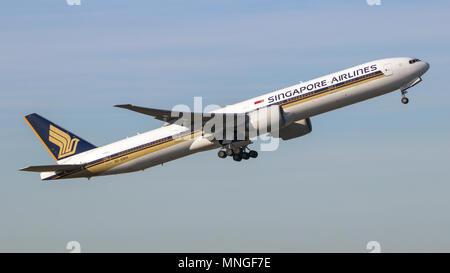 AMSTERDAM - SCHIPHOL - 16.02.2016: Singapore Airlines Boeing 777 PKW Flugzeug vom Flughafen Schiphol - Stockfoto