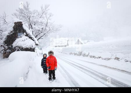 Kinder in der historischen japanischen Dorf Shirakawa-go im Winter - Wahrzeichen von Japan - Stockfoto