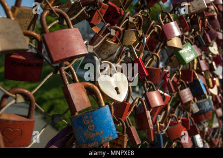 Salzburg, Vorhängeschlösser der Liebe auf einer Brücke, die makartsteg, Honey Moon Leute lieben es im Sommer, goldenes Herz - Stockfoto