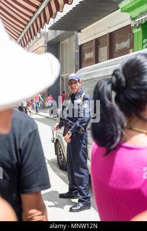 Sicherheit außerhalb der Bank in der Altstadt von Havanna - Stockfoto