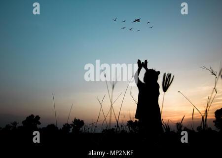 Freiheit und Frieden Konzept, Silhouette der Frauen release Vögel - Stockfoto
