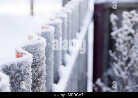 Wellenförmige Zaun mit Frost in der Vorausschau - Stockfoto