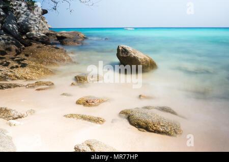 The Racha (oder Raya) Inseln, etwa 12 km südlich von Phuket, am besten als exzellentes Tauchen und Schnorcheln Tagesausflug Reiseziele bekannt sind. Racha Yai, jedoch - Stockfoto
