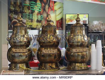 Große messing Container mit Medikamenten mit chinesischen Kräutertee bei einem chinesischen Tee Shop in Markham, Ontario, Kanada gefüllt. - - - Bild von © (/kreativen Touch Ima - Stockfoto