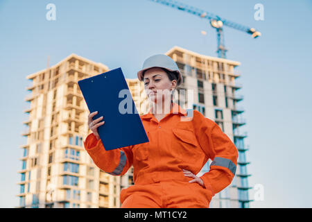 Wunderschöne Business woman Engineer tragen orange Overall - Stockfoto