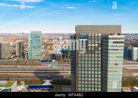 AMSTERDAM, NIEDERLANDE, 25. MÄRZ 2017: moderne Skyline im Amsterdam Süd-Achse, das Finanzviertel der niederländischen Hauptstadt - Stockfoto