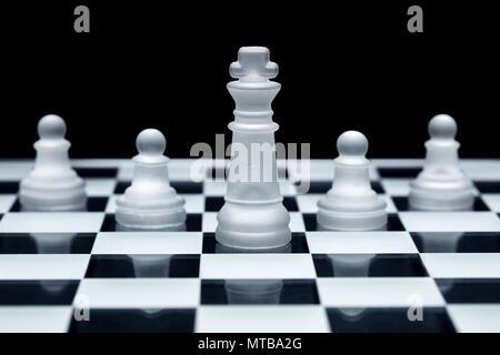 Schach spiel strategie. König und drei Bauern aufgereiht. Konzept der Teamarbeit, Führung und Solidarität. - Stockfoto