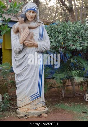 Einer verwitterten Ton Statue der Mutter Teresa, Gründer der Kongregation der Missionarinnen von der Nächstenliebe, an Shilparamam Kunst und Handwerk Dorf, Hyderabad, Telangana, Indien. - Stockfoto