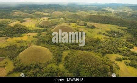 Erstaunlich geformte Chocolate Hills an einem sonnigen Tag auf der Insel Bohol, Philippinen. Luftaufnahme Chocolate Hills auf Bohol, Philippinen sind Erde Dämme in der ganzen Stadt von Carmen verstreut. Travel Concept. - Stockfoto