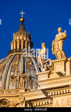 St. Peter's Basilica Kuppel und Statuen im frühen Morgenlicht, Vatikan, Rom, Latium, Italien, Europa - Stockfoto