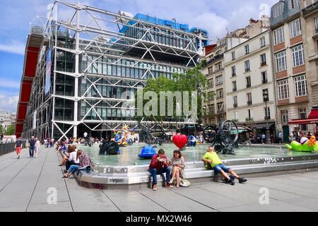 Paris, Frankreich. Heiße hellen sonnigen Frühlingstag, Mai 2018. Personen, die die Brunnen und Kunst an Ort Igor Strawinsky in der Nähe des Centre Pompidou. - Stockfoto