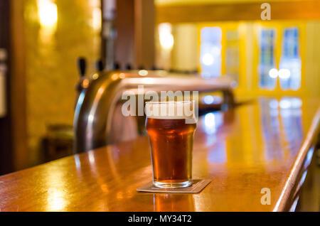Glas Bier auf dem Tresen, Brauhaus, craftbeer. - Stockfoto