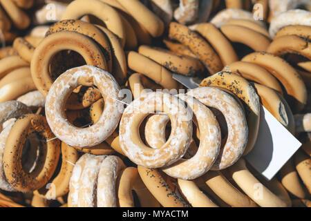 Bagels mit Glasur und Mohn. Eine Menge Bagels - Stockfoto