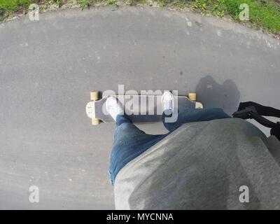Reiten ein Longboard in der ersten Person. - Stockfoto