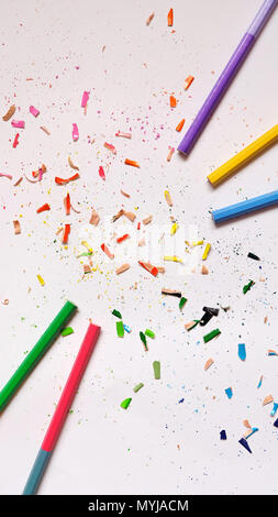 Flach der Farbstifte mit bunten Pencil shavings verstreut herum, auf weissem Papier Hintergrund. - Stockfoto