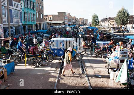 Street Fotografie zeigt die Reise durch die Stadt Juliaca auf dem Weg nach Puno und Titicacasee in Peru Rail - Stockfoto