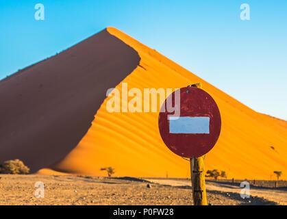 Stop-Zeichen vor der Sanddünen in Sossusvlei, Namib-Naukluft-Nationalpark, Namibia - Stockfoto