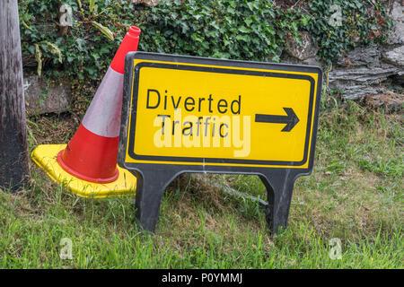 """Gelb """"iverted Verkehr' Schild - Metapher für verloren gegangene Daten, alternative Routen, Verspätungen, Baustellen, Instandhaltung von Straßen, Baustellen UK. - Stockfoto"""
