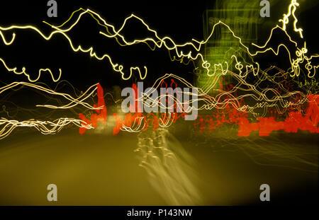Autos auf einer Autobahn mit Hinweisschild, nachts mit wackeligen Streifen, in der Nähe von Phoenix, AZ, USA - Stockfoto