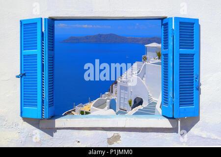 Meerblick durch traditionelle griechische Fenster in Santorini Island - Stockfoto