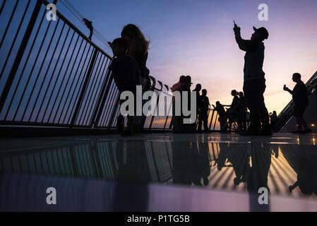 Die Leute, die Fotos in der Abenddämmerung mit Blick auf Memphis, TN entlang des Mississippi River von der Aussichtsplattform in der Nähe der Spitze der Memphis Pyramide. (USA) - Stockfoto