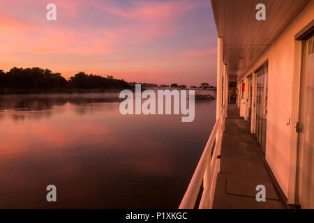 Pantanal, Mato Grosso, Brasilien, Südamerika. Bunte sunrise auf der Cuiaba Fluss, gesehen vom Gehweg auf einem flotel (Floating Hotel). - Stockfoto