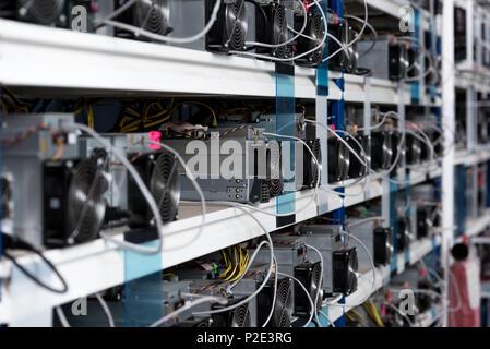 Nahaufnahme der Netzteile an astraleums Bergbau Farm - Stockfoto