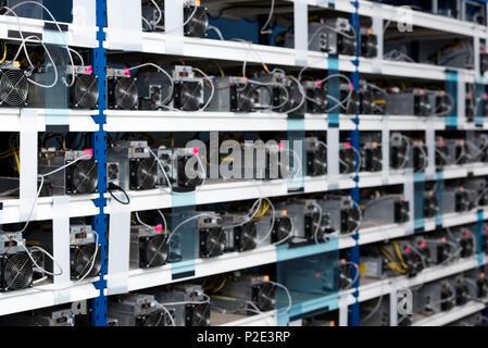 Regale mit Netzteilen für cryptocurrency Bergbau Farm - Stockfoto
