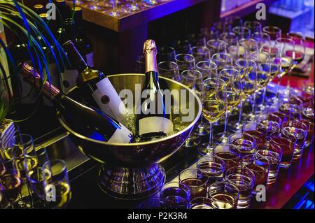 Bankett Rezeption schön serviert Tabelle mit einer Auswahl an Snacks und Getränken. Gläser Champagner mit Blasen, Flasche alkoholische Getränk in Eis - Stockfoto