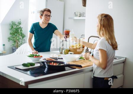 Romantisches Paar kochen gemeinsam in der Küche, eine tolle Zeit zusammen. - Stockfoto