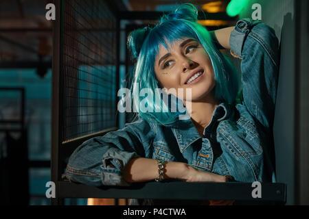 Porträt der jungen schönen pop Frau trägt einen blauen Perücke - Stockfoto