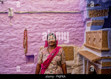 Indische Frau Vor bemalte Wand. Textur kunst Indien Stil an der Wand, Indien - Stockfoto