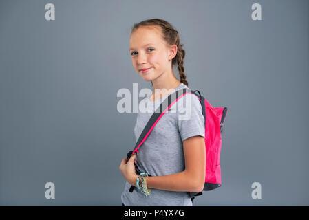 Cute Teenager girl posing beim Tragen eines Rucksacks - Stockfoto