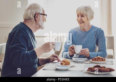 Freudige alter Leute lächeln einander - Stockfoto