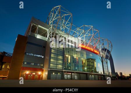 Das Old Trafford Stadium, die Heimat des Manchester United Football Club, während einem Sommerabend (nur redaktionelle Nutzung). - Stockfoto