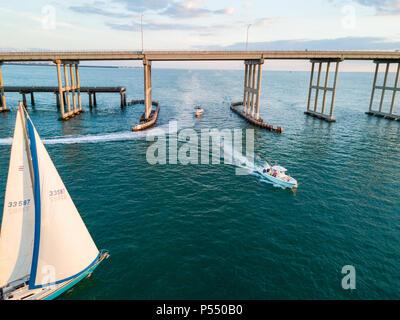 MIAMI, FLORIDA - ca. April 2017: Luftaufnahme von Motor- und Segelbooten über Biscayne Bay mit Blick auf die Rickenbacker Causeway in Key Biscayne. - Stockfoto